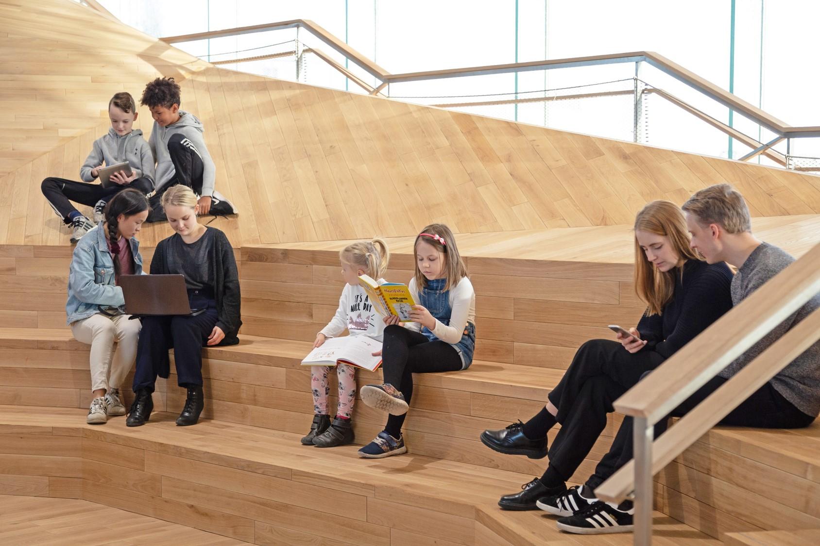 「Oodi」はフロアごとに特徴があり、1階は、カフェや映画館、イベントホールなどがある交流のフロア、2階は仕事や学びのためのフロア。3階は本の楽園をイメージ。子どものためのキッズスペースは3階にあります。