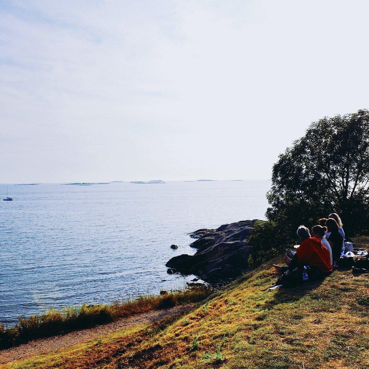 フィンランドの夏。スオメリンナ島でピクニックを楽しむ女性たち。