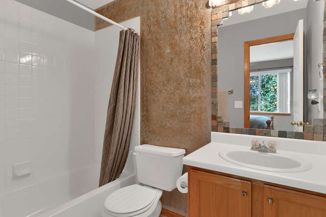 1101 21st Ave 11 Longmont CO-small-017-31-Bathroom-666x444-72dpi.jpg