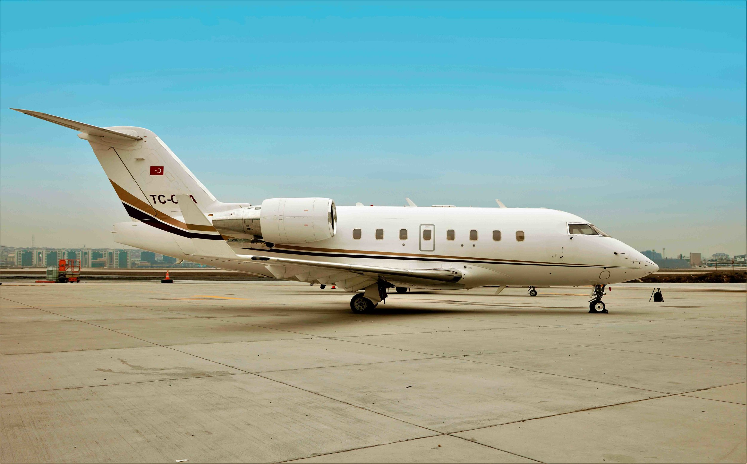 2005 Challenger 604 For Sale Exterior 2