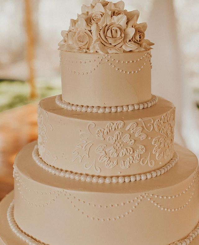 When the groom's mom asked us about the security of the wedding cake, we knew it must be special. No fondant on their cakes, just amazingly light buttercream, hand-piped designs, and to die for flavor. @konditormeister for the cake win! ⠀ .⠀ .⠀ planning: @mksocialco photo: @rachelleinerphotography bakery: @konditormeister⠀ .⠀ .⠀ #cakeface #cakesofinstagram #cakeboss #cakephotography #cakedesigner #pastrychef #konditormeister #bakerylife #bakerylove #buttercream #buttercreamflowers #buttercreamcake #weddingstyle #weddingcake #weddingphotography #weddingdetails #weddingplanner #desinationweddingplanner
