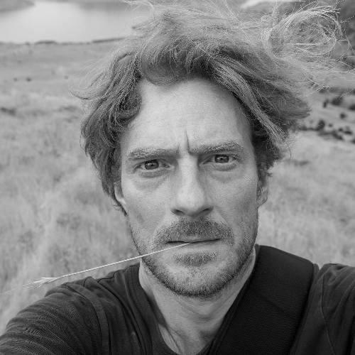Nick Hannes - Nick stopte tien jaar geleden als persfotograaf, om zich volledig op documentair werk te kunnen richten. Sindsdien schuimt hij de wereld af, van Rusland over de Middellandse Zee tot het Midden-Oosten. Ook zijn werk reist internationaal de wereld rond. Hij werkt momenteel aan het project 'DUBAI. Bread and Circuses', waar hij recent een Magnum Photography Award mee in de wacht sleepte.