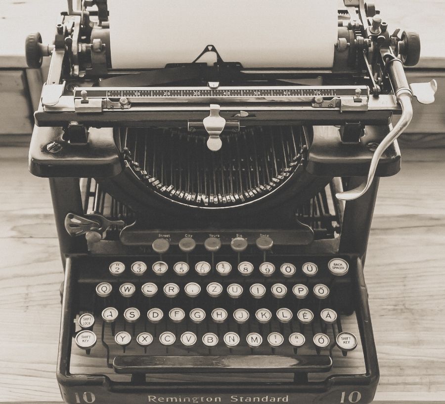 typewriter-vintage-old-vintage-typewriter-163084.jpg