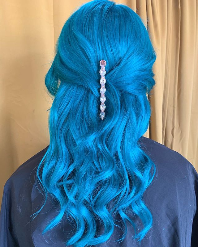 Urgh, how beautiful and healthy does this Maine of hair look! Have fun at Disneyland 'Belle' 💕 👸🏼 #pulpriotaquatic #pulpriotsmoke #brisbanehair #brisbanehairdresser #brisbanesalon #bluehair #lovisa #hairclips #olaplex