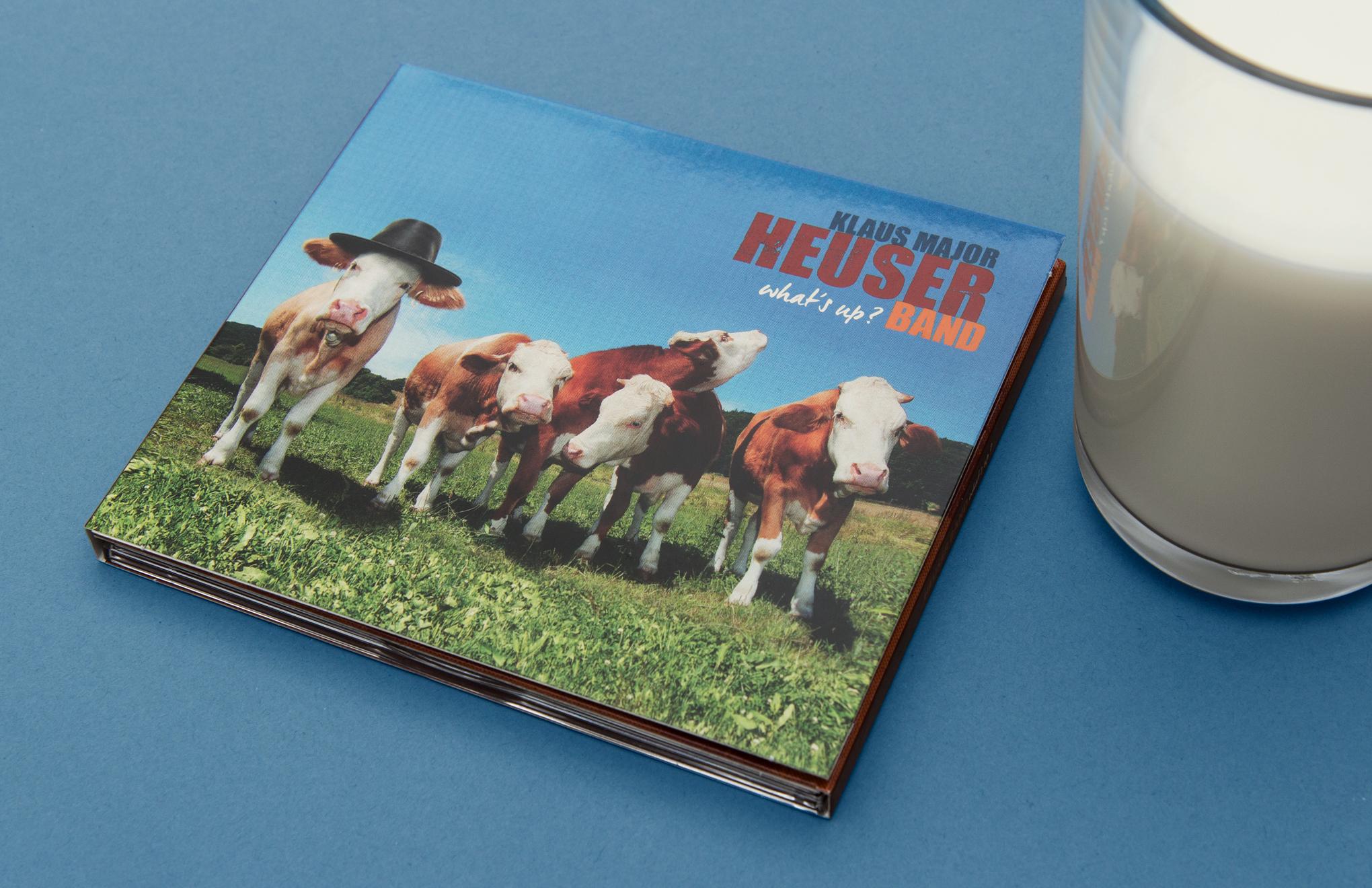 """Glas Milch / Kühe auf der Weide / Artwork für das CD-Cover, """"What´s up?"""" von der Klaus Major Heuser Band. Gestaltung von den kölner Grafikern sons of ipanema."""