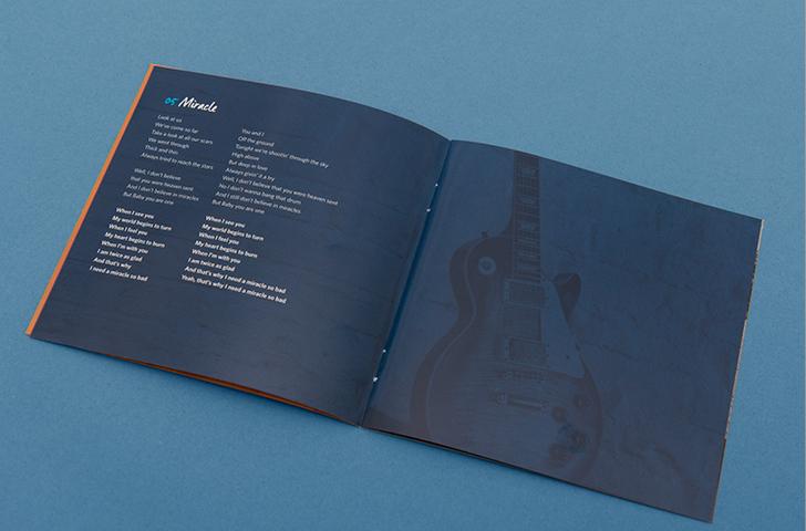 """Lyrics im Booklet auf Hintergrund mit Gitarre von dem Album """"What´s up?"""" von der Klaus Major Heuser Band. Gestaltung von den kölner Grafikdesignern sons of ipanema."""