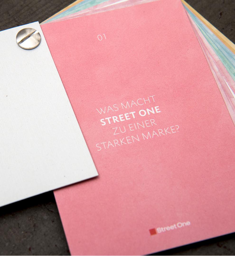 Aquarellfläche mit Typografie für den Pocket Guide der Firma Street One von dem Grafik Studio sons of ipanema in Köln.