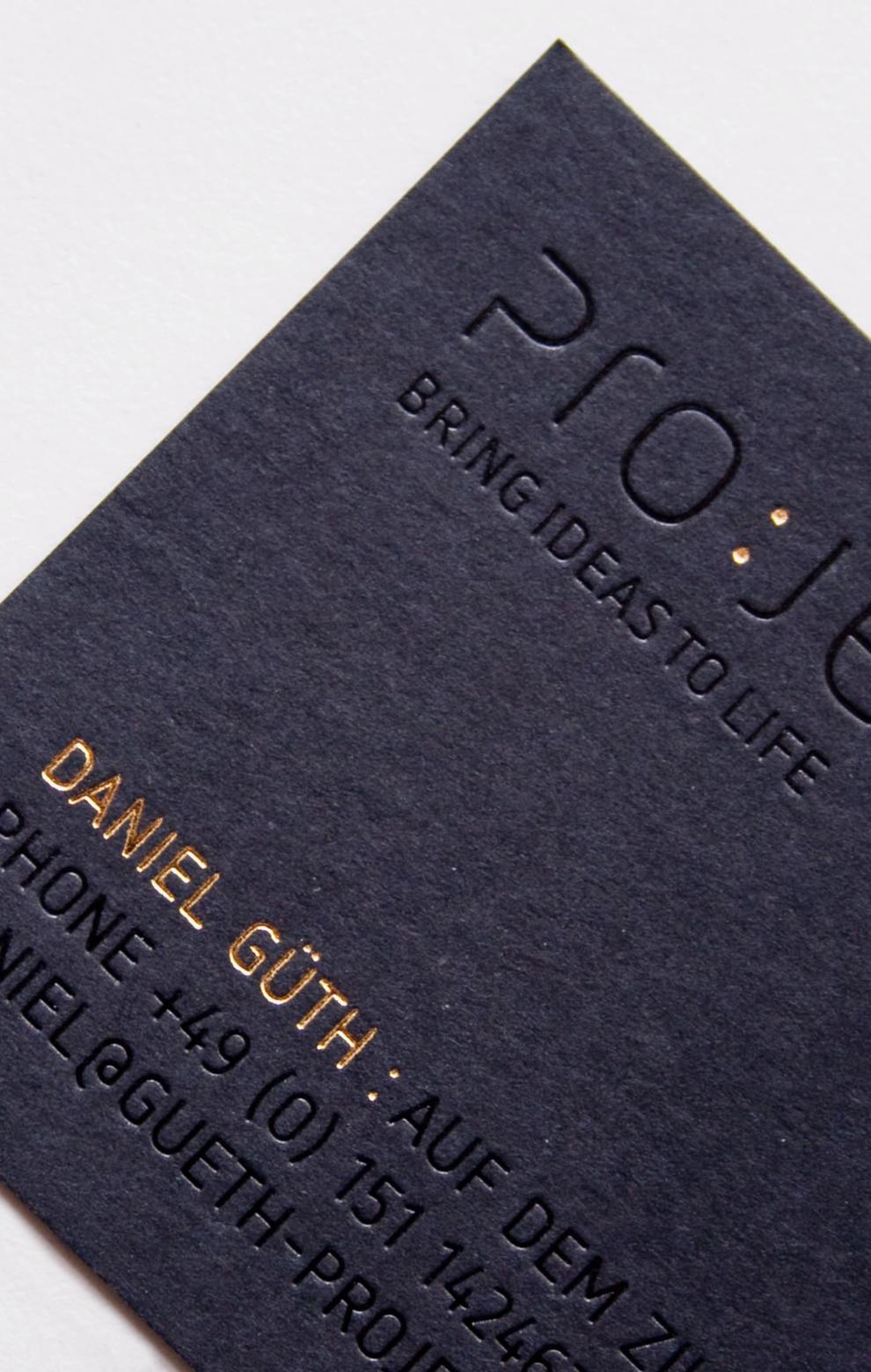Corporate Design, Visitenkarte für Project, entworfen von den sons of ipanema, einer Grafik Design Agentur aus Köln. Dateil von der Goldveredelung und Blindprägung auf schwarzer Pappe.
