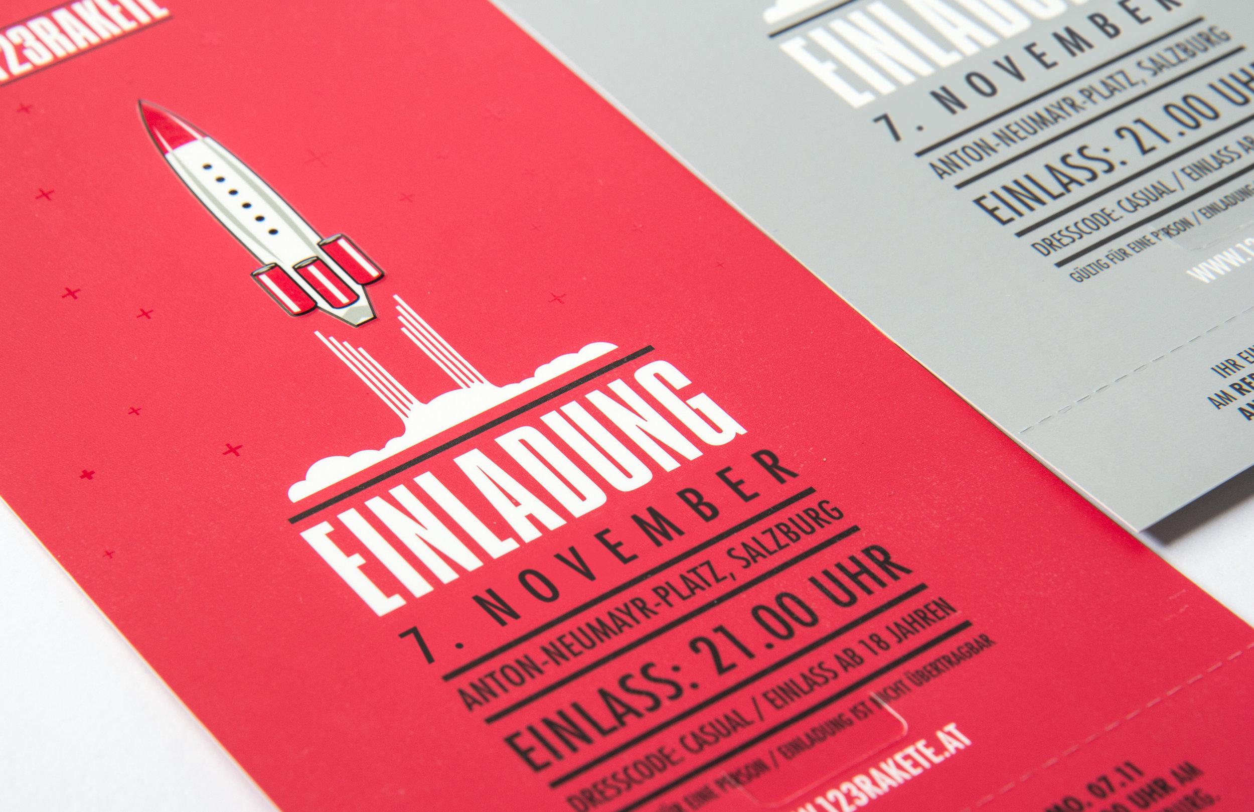 Einladung für die Veranstaltung in Salzburg von 123 Raket von Red Bull. Gestaltet von den sons of ipanema in Köln. Illustration von einer startenden Raket in schwarz, weiß rot auf rotem Hintergrund.