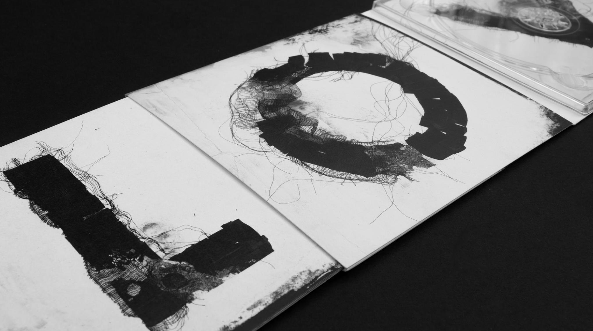 """Buchstaben auf der CD """"Irgendwie"""" von Love A. """"L"""" und """"O"""" als Versalien. Von den sons of ipanema gestaltet, einem Studio für Kommunikationsdesign aus Köln."""