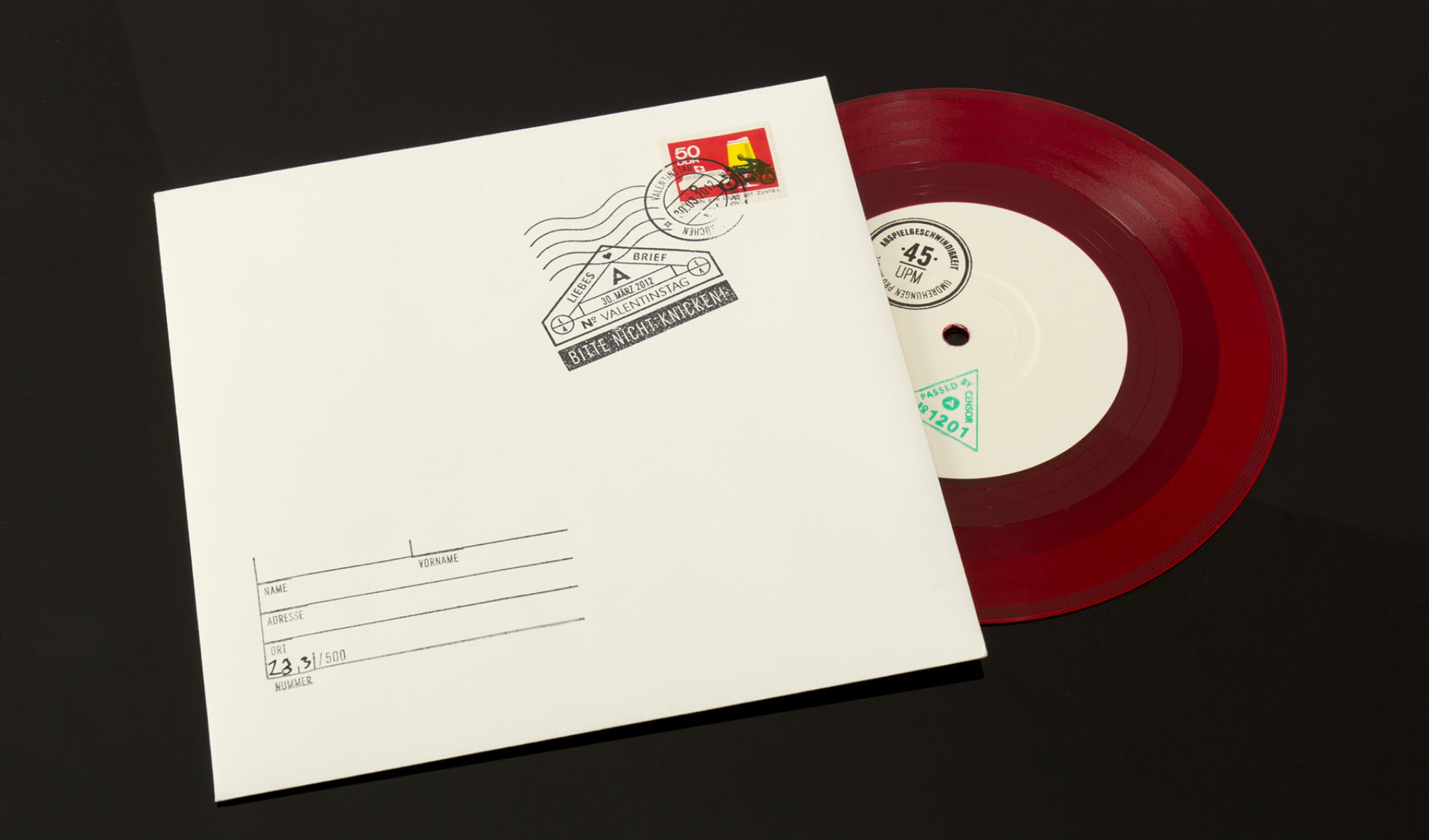 """Kreatives Cover Design für die Single """"Valentinstag"""" der Trierer Band Love A. Die sons of ipanema aus Köln haben Briefumschläge gestempelt und beschriftet."""