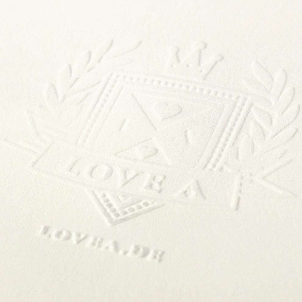 Blindprägung auf dem Cover der Valentinstag-EP der Band Love A