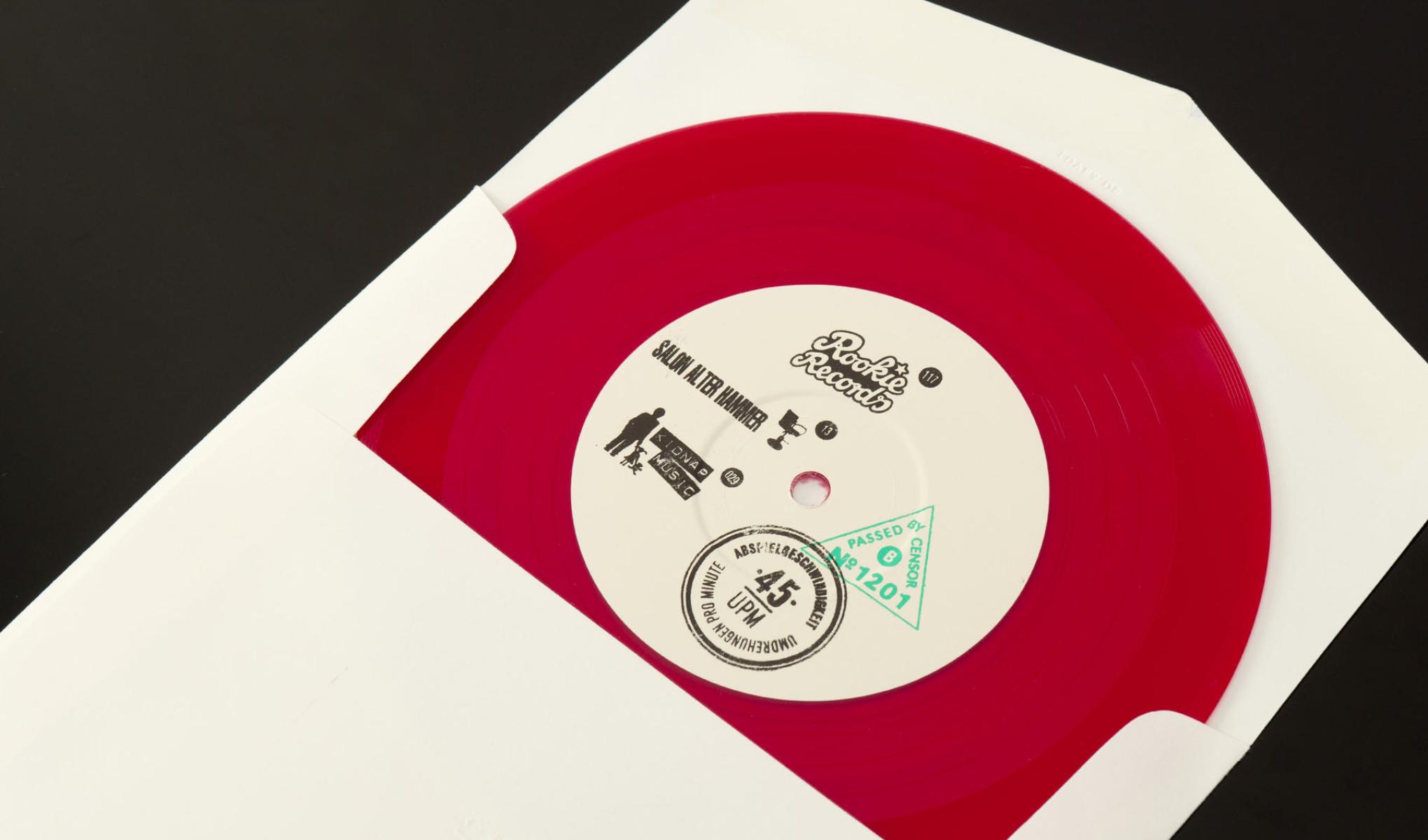"""Kreatives Cover Design für die Single """"Valentinstag"""" der Trierer Band Love A. Die sons of ipanema aus Köln haben Briefumschläge gestempelt und beschriftet. Im Umschlag steckt rotes Vinyl."""