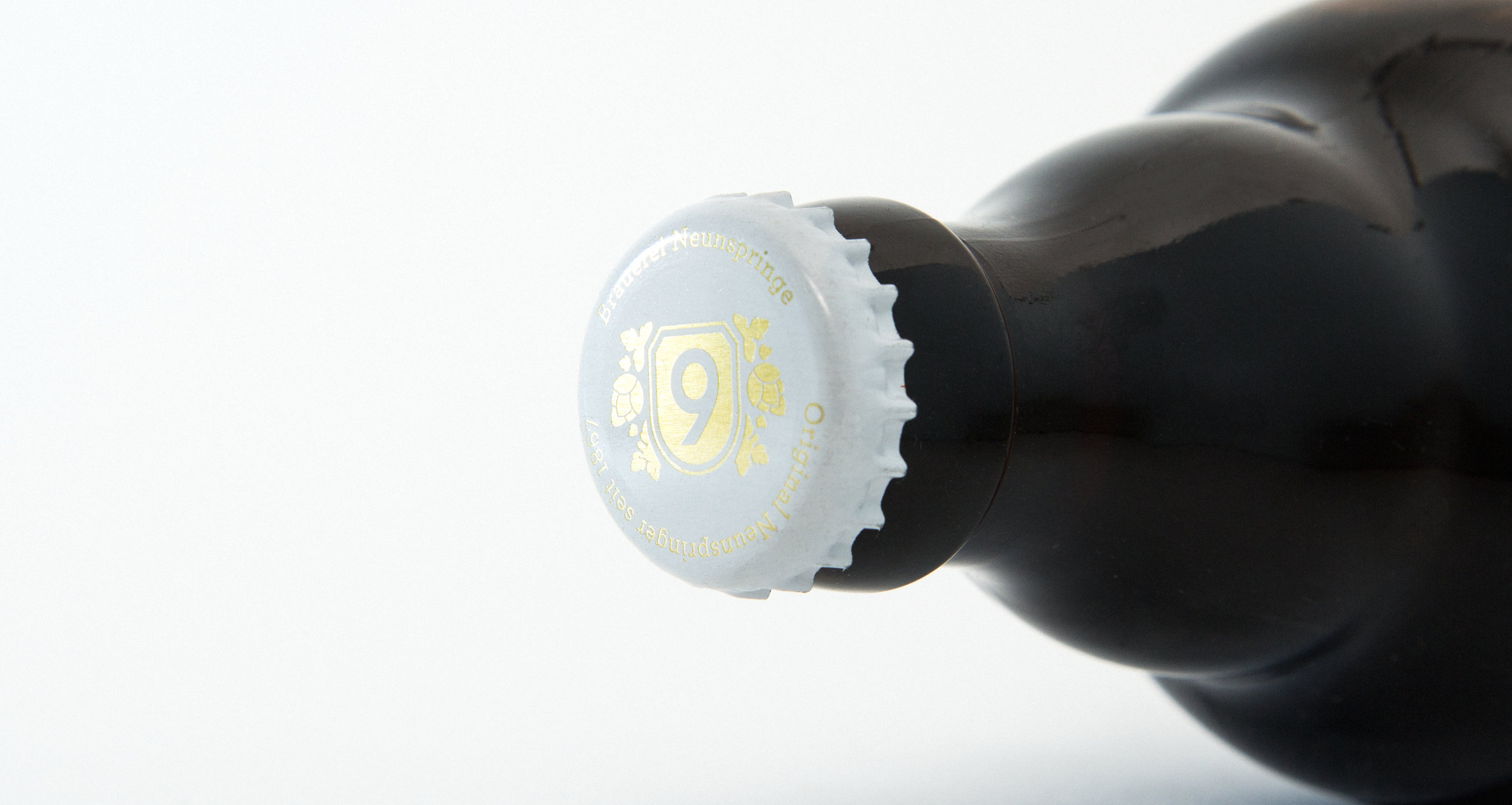 Kronkorken mit dem neuen Logo des Neunspringer Biers