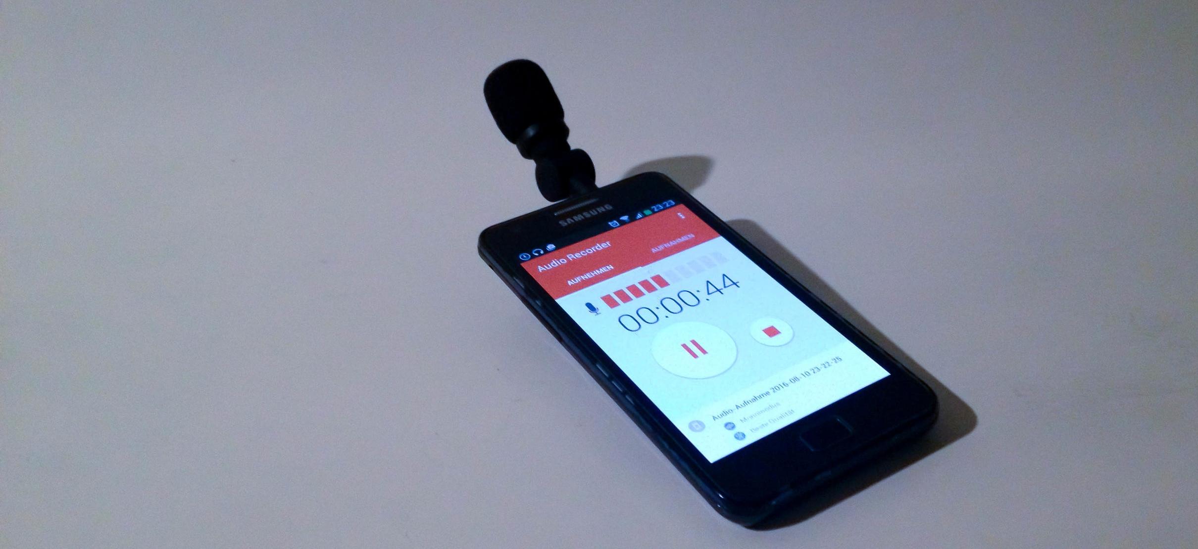 Ein modifiziertes, externes Mikrofon mit einer PRIMO EM 172 Mikrofonkapsel für Smartphones