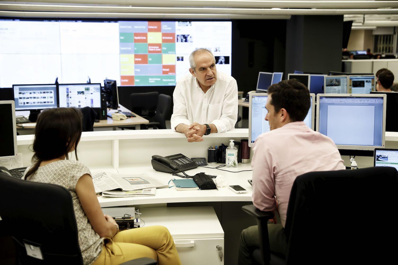 Deputy editors David Alandete and Eva Saiz with editor in chief Antonio Caño at El País (2015).