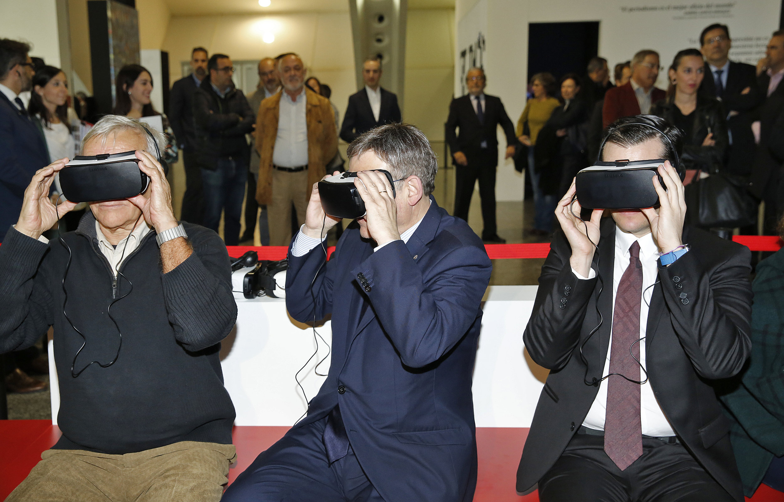David Alandete with Valencia mayor Joan Ribó and president Ximo Puig at the opening of the El País itinerant exhibition in, 2016.