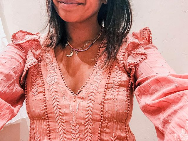 Ruffle me up with gorgeous Isabella Mini Dress $148 @freepeople  Rainbow 🌈Necklace by @adammarcjewels . . . #thedailydarlings  #rainbownecklace #momstyle #freepeople