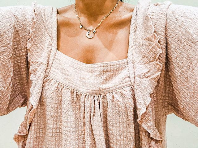 I love the color & it is so nice & comfy with shorts & jeans. Rough tuck at the front gives it shape! Bonnie Blouse $88 @freepeople  My never ending ruffle week 😜 . . . . #freepeople  #blouse #peony  #momstyle
