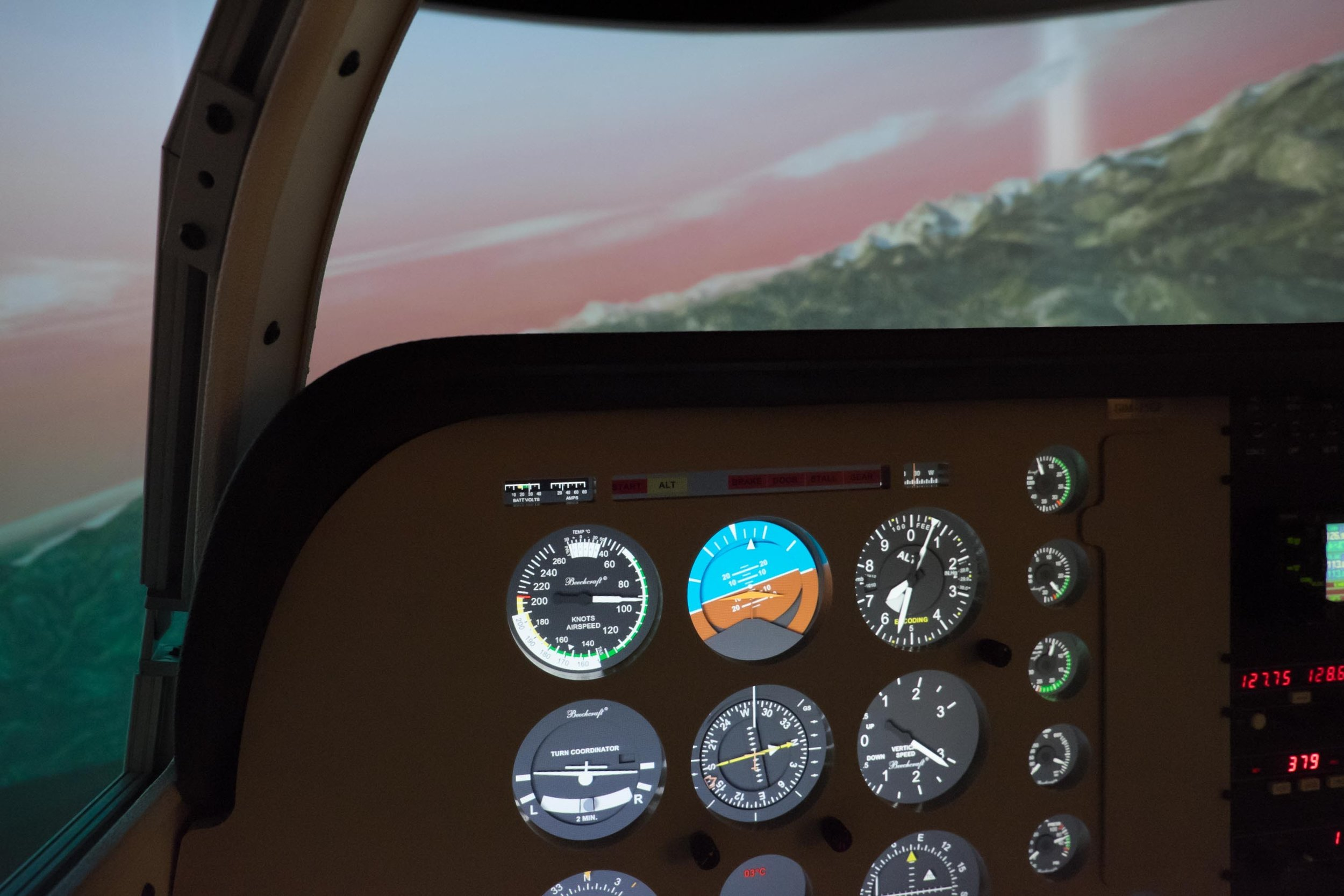 - ‣ Complete instrument panel‣ Functional radios and transponder‣ 1G-650,1G-750, and 1G-1000 are all available avionics options.‣ Single or multi-engine instrument display‣ High fidelity force feedback control loading provides highly realistic control yoke feel