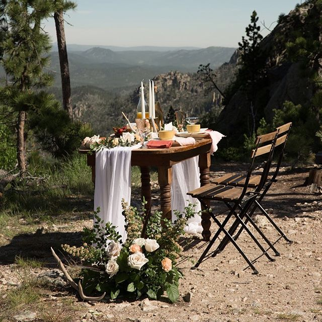 What if I told you the national average cost of a wedding is $33,931 but you could have a completely planned and styled elopement with a tablescape and a ridiculous view for less than 2K 😱😍😱😍😱 . Details in my bio 😘 . . . . Photo: @studiolb  Design & Styling: @thevintagelease  Officiant: @marymaiseyireland . . . . #elope #elopement #elopementphotographer #elopementplanner #blackhillswedding #blackhillselopement #tablescape #weddingdesign #elopementinspiration #blackhills #southdakota #southdakotawedding #pactola
