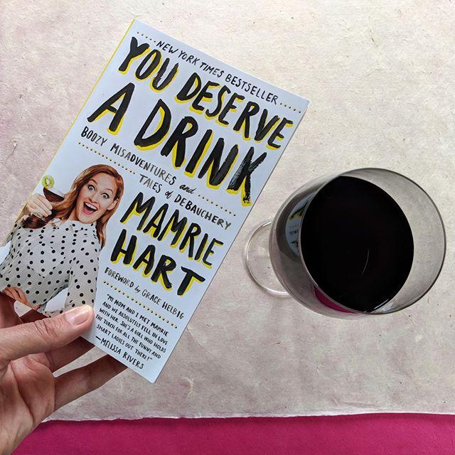 Wanneer je zin hebt om dit weekend alleen maar te lezen en chillen met die 🍑, maar je je nog wel een beetje stoer wilt voelen.⠀ ⠀ #danleesjedusditboek #drankverhalen #livingontheedgemensen #boozymisadventures #youdeserveadrink #jadatvindikdusook