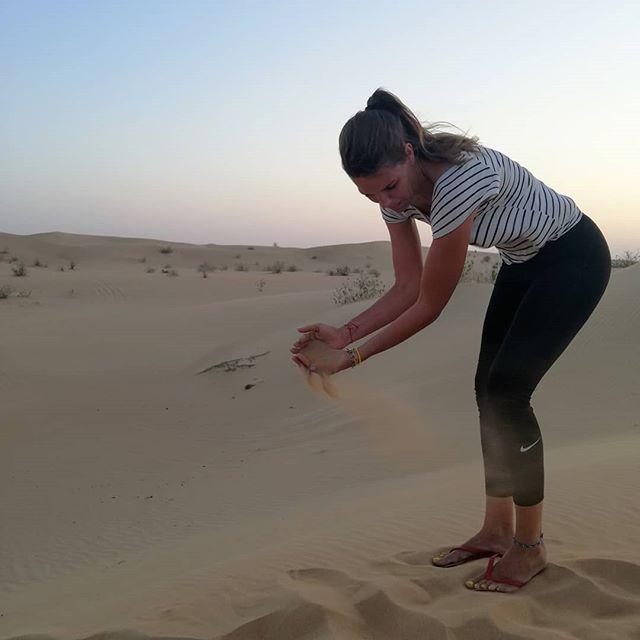 """Van onze reis naar Bali & Dubai hebben we ook een mapje in de categorie 'leuk geprobeerd, maar redelijk mislukte poses' aangemaakt:  Pose #1: """"Pak even een hand zand."""" """"Hoezo?"""". """"Da's leuk met de wind, dan glijdt het zand zo mooi door je handen"""". *Mond vol zand*. Pose #2: """"Oké, springen op 3. 1… 2… Ja laat maar."""" (Wie overigens springend een enigszins normale gezichtsuitdrukking kan behouden mag mij dat ook even vertellen). Pose #3: """"Als jullie nou beiden jullie handen omhoog houden, dan lijkt het net alsof jullie de zon dragen. Euh ja, niet zo dus."""" Pose #4: """"Houd je duim en wijsvinger eens bij elkaar."""" """"Waarom? …. Oh God."""" Wat is jouw favoriete cheesy fotopose? Innig knuffelen met een palmboom, de toren van Pisa tegenhouden of Ibiza 2019 in de branding schrijven? I wanna know!"""