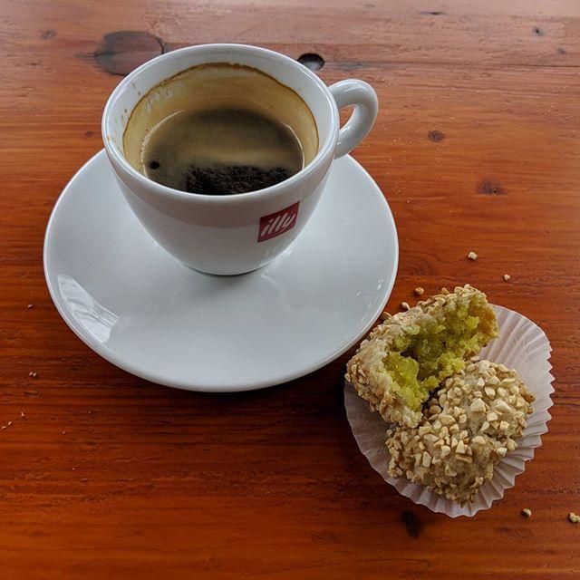 Een van de grootste voordeel van freelancer zijn vind ik toch wel dat je - wanneer je daar zin in hebt - op t terras in de zon kunt gaan zitten. Of... op het terras in de regen, als het zoals nu keihard begint te plenzen. Maar ja, dan zit je wel met goeie koffie én een goddelijk Italiaans koekje. (Meestal bestel ik overigens huisgemaakt gebak bij m'n koffie (#yolo) maar dat hebben ze hier dan weer net niet. Maakt niet uit. Dat koekje is ook 🤤.)