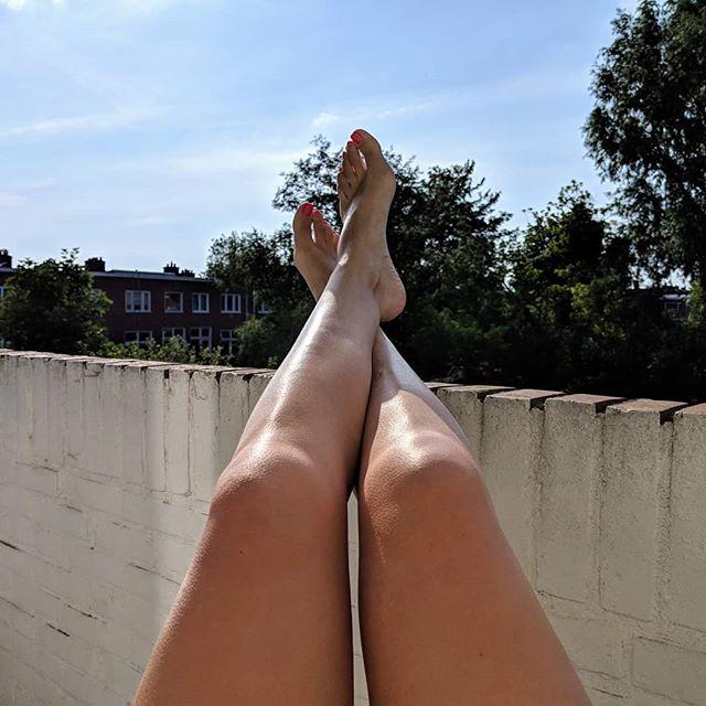 Sun's out blote benen out 🦵#indezonophetbalkon #5minutenendandoetmnachillesdingpijn #allesvoordefoto