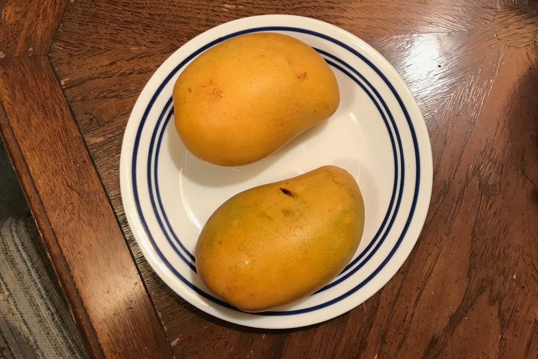 See? Even mangoes have significant others. Oh, to be with someone.
