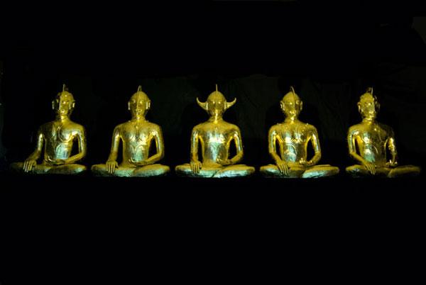 Ken Yonetani, Ultrabuddha – that is why I want to be saved (2009), 23Ct gold leaf ceramic, 90 x 70 x 40cm each