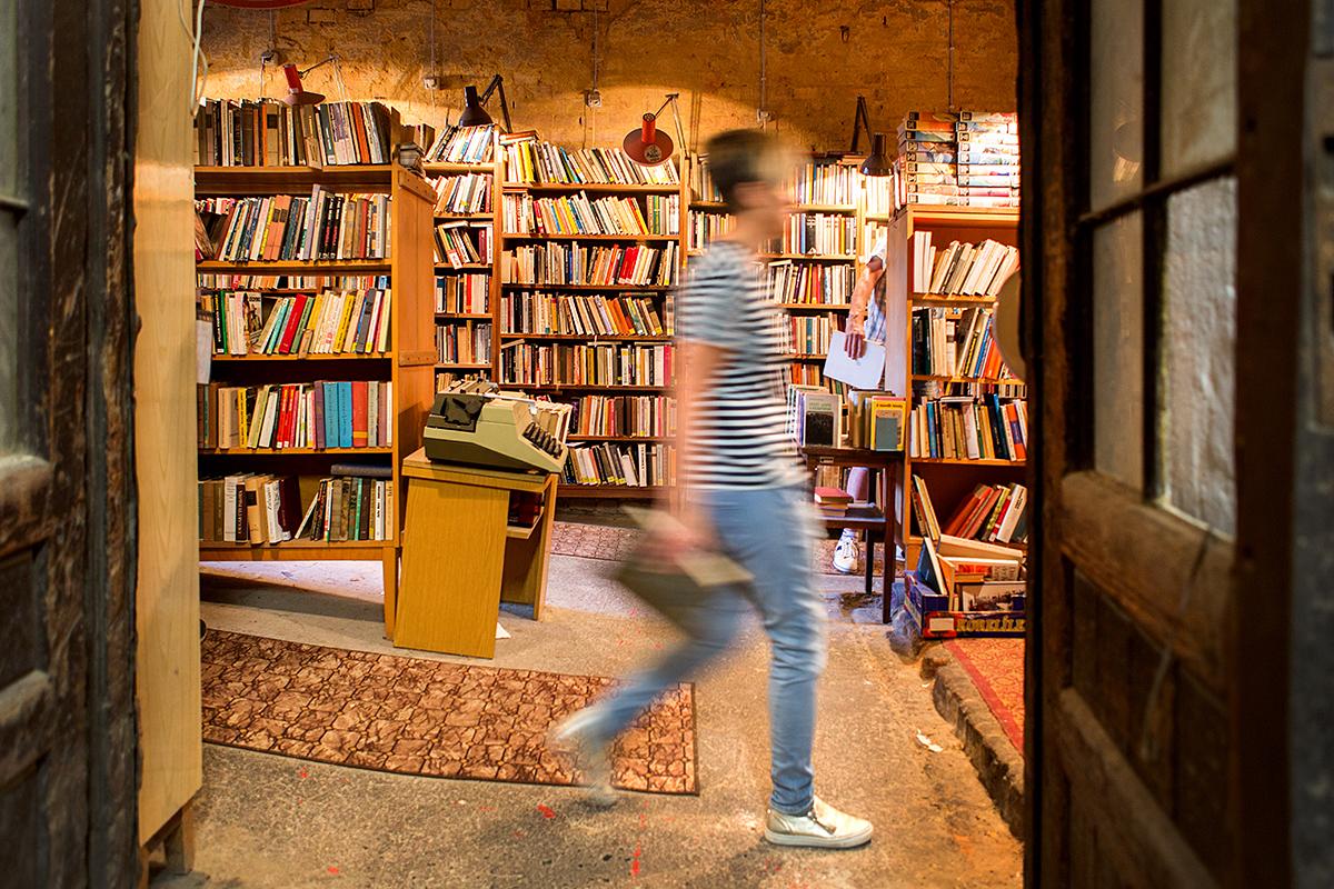 A Csorba Győző Megyei és Városi Könyvtár által a találkozó idejére szervezett Retró Könyvvásár a Király utcában.