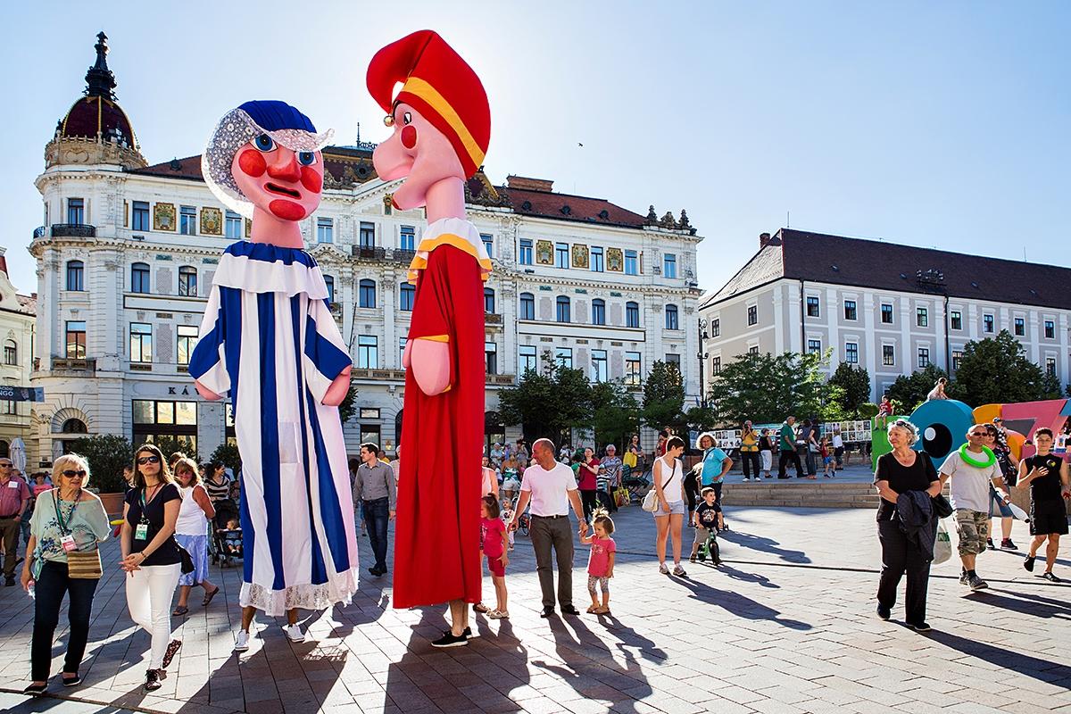 Óriásbábosok Pécs belvárosában a 2017. évi POSzT megnyitóján 2017. 06. 08-án.