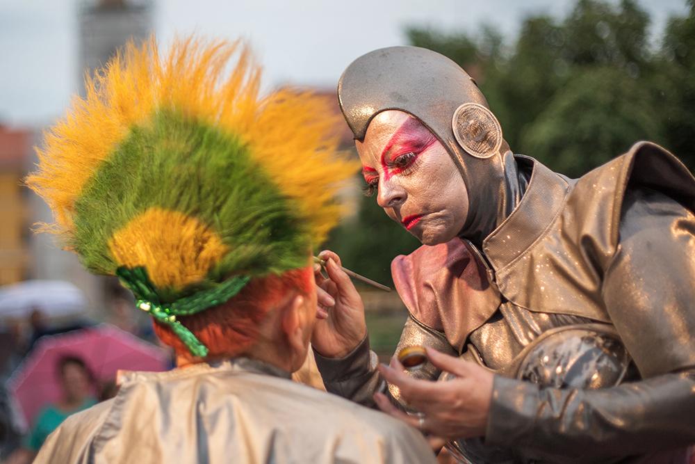 A Sienta la Cabeza katalán hajszobrász társulat meseszerű frizurákat varázsolt a fesztivál ideje alatt.