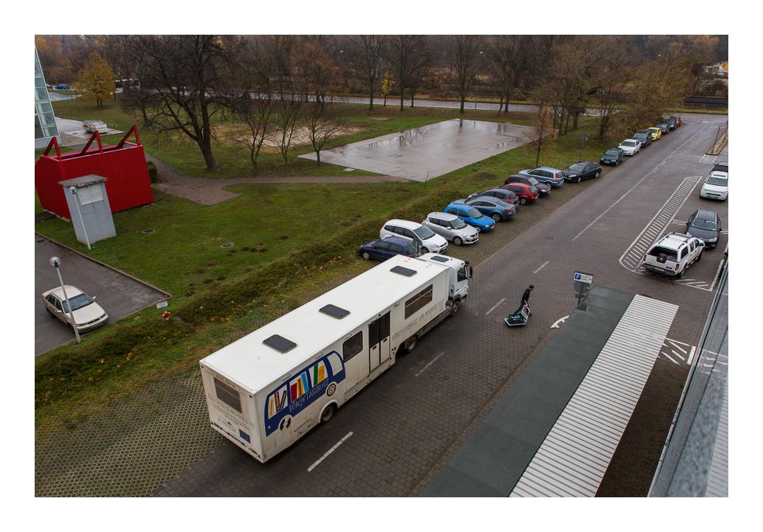 Állománycsere - a visszahozott könyvek cseréje, a könyvtári állományból kért kívánságok elhelyezése a buszon. Pécs, 2017.11.18.