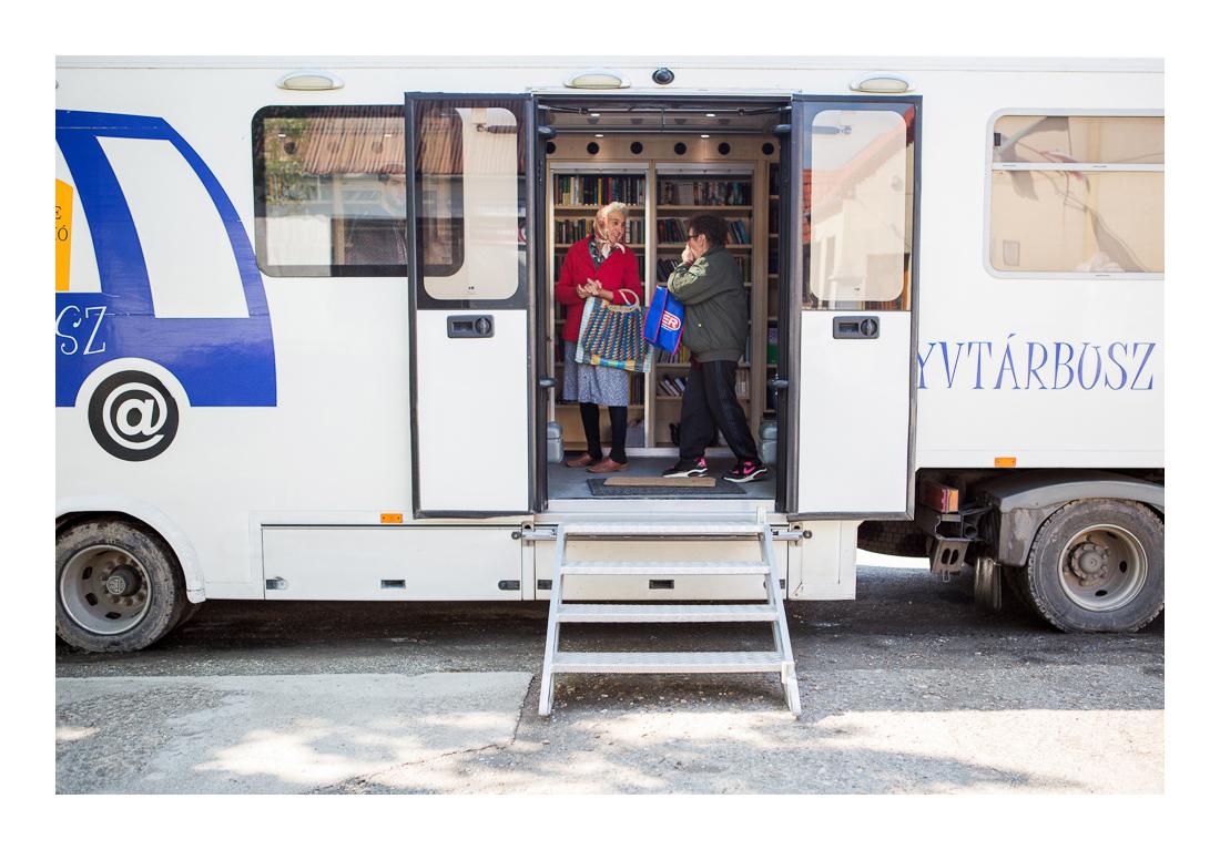 Találkahely. A szomszédok kölcsönzés közben gyakran a buszon beszélik meg a friss híreket. Cún, 2017.05.12.