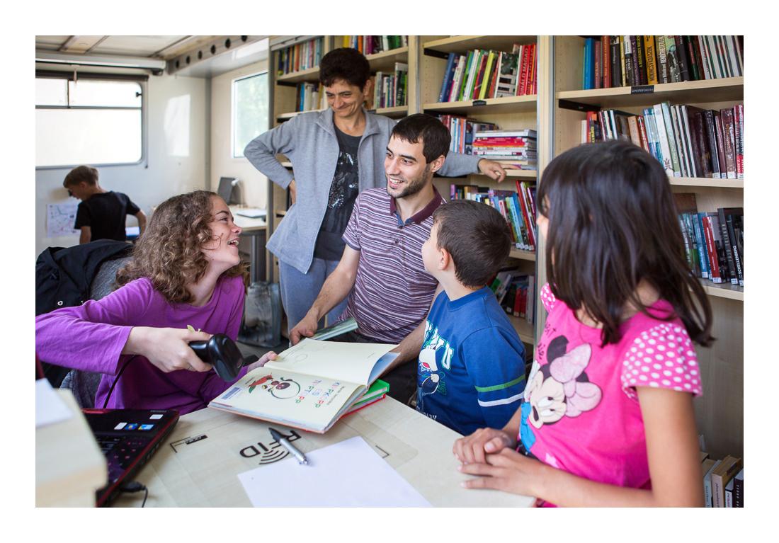 """A könyvek kiadásában és visszavételében gyakran a gyerekek is segédkeznek. Laci, a könyvtáros már hat éve """"szolgáltat"""", ismeri ügyes-bajos dolgaikat, barátként üdvözlik a fiatalok. Szaporca, 2017.05.12."""