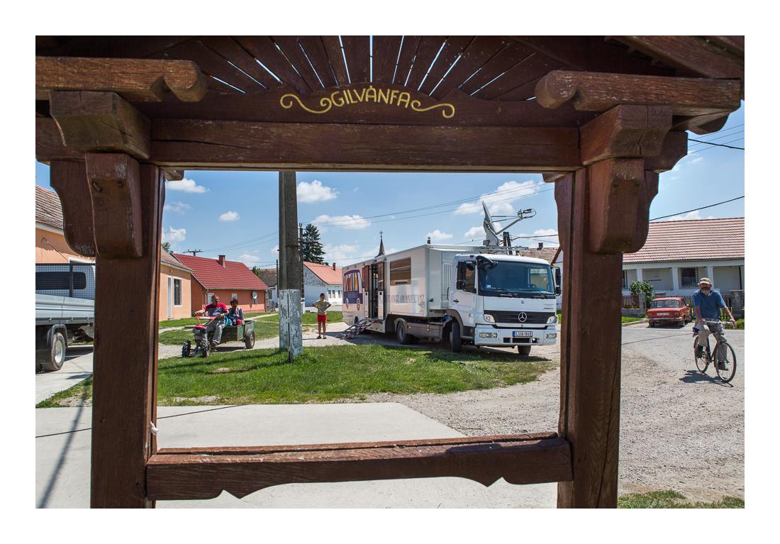 Gilvánfa egykori üzenőtáblája. A zömében romák által lakott faluban csak úgy sürögnek a közmunkások. Gilvánfa, 2017.05.26.