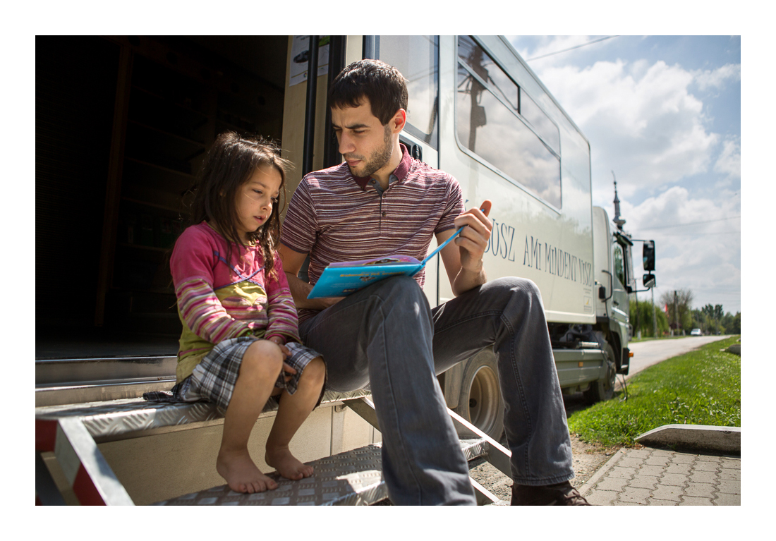 Mesedélután. Sok kisgyerek inkább csak internetezni jár a buszra, van, aki könyvet még nem is fogott a kezébe – de ezen lehet változtatni. Tésenfa, 2017.05.12.