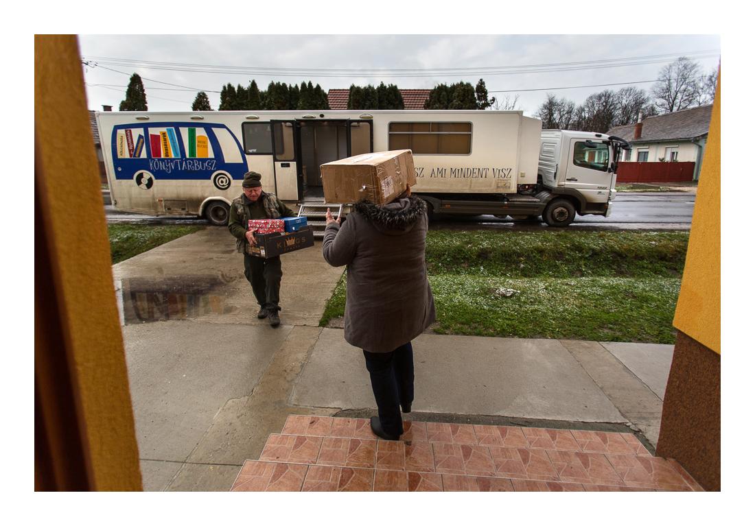 A Csorba Győző Könyvtár is beszállt az ormánsági gyerekek részére szervezett cipősdoboz-akcióba. A Pécsett gyűjtött dobozokat a könyvtárbusz szállította ki. Kémes, 2017.12.15