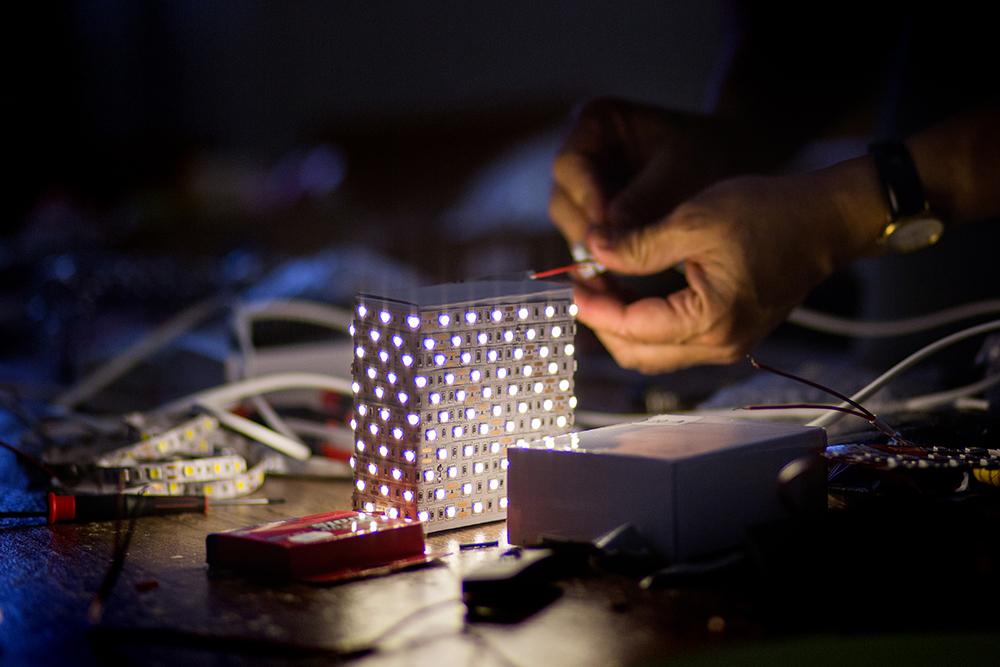 Mindenből lehet lámpatest: a ledszalaggal körbetekert papírdoboz-lámpa tesztje.