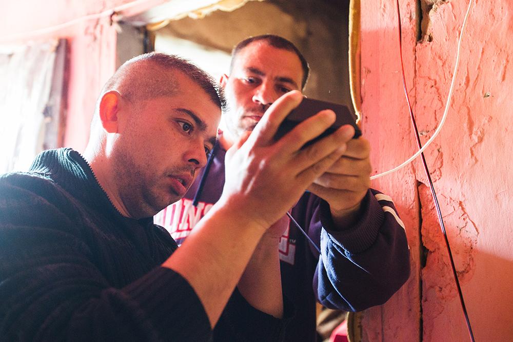 Gábor és Csaba bekötik a fogyasztókat az akkumulátorba.