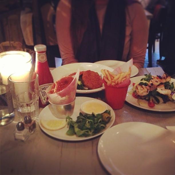 Pre-Man of Steel dinner at @BillsRestaurant with @_tweedles. Lemon squid, fishcakes, king tiger prawn and salmon skewers on a bed of watercress salad served with skinny fries.