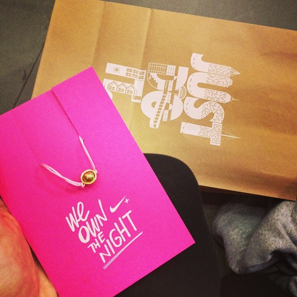 Motivational charm! Getting race day ready with @elliegoulding @nikeuk for the #weownthenight #trainingday.