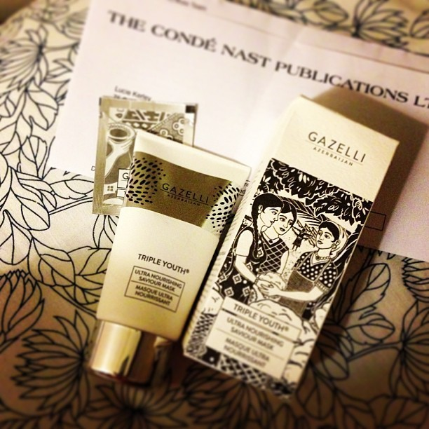 I ❤ a nice bit of packaging! Thank you @BritishVogue for my @GazelliCosmetic magazine subscription gift! Think I'll slather on a layer on this delightful smelling facemask before I go to bed tonight. Even the beautifully illustrated box is scented?!? @british_vogue #bbloggers #beauty #facemask #vogue #fashionblogger