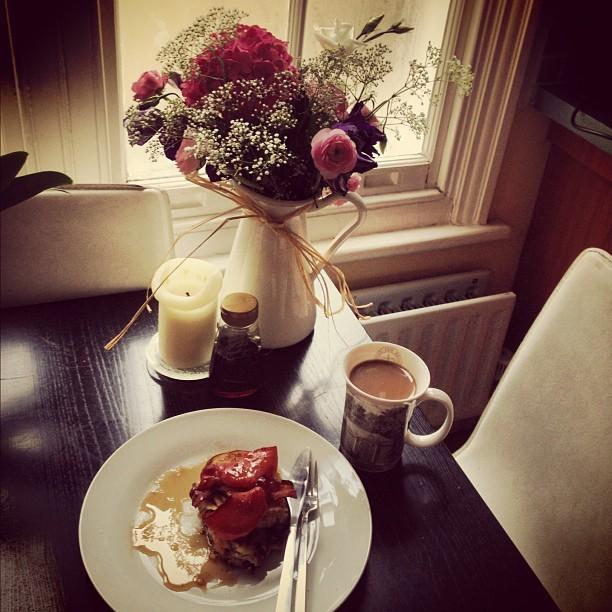 Sunday morning brunch…     Homemade fluffy American Pancakes, crispy bacon & lashings of maple syrup with @jmgcreative. (Gorgeous flowers @laveyloo!)