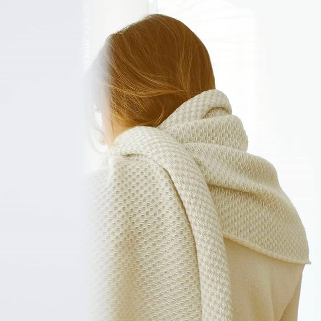 A super soft scarf, that keeps you warm.  #weddingscarf #alpaca #handmadeknitwear #knit #offwhite #bridalcoverup