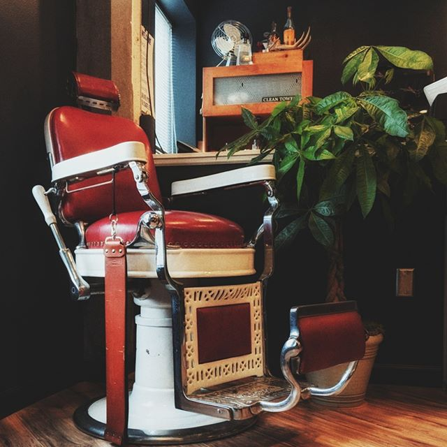 Keep it classy, Portland.⠀ ⠀ #hairbiz #groomingtips #vintageportland #speakeasyvibes #portlandbarber #barberlove #travelportland #pdx #pdxfashion #lifestylebrand #barbershopconnect #pnwonderland #portlandmade #beardedlife #mensgrooming #giftsforhim