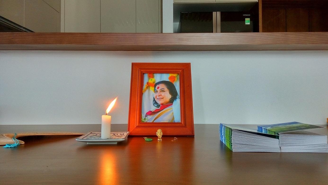 - 명상할 때 스리 마타지여사의 사진을 책상에 넣고 사진 앞에 양초를 하나 쓴다. 우리는 대자연의 광(光)과 화(火)원소(元素)를 이용한다. 그래서 양초를 대신 유등(油燈)을 쓰셔도 된다. 명상할 때 가끔 악성 에너지가 몸에 나와 다른 사람한테 옮길 수 있기 때문이다.