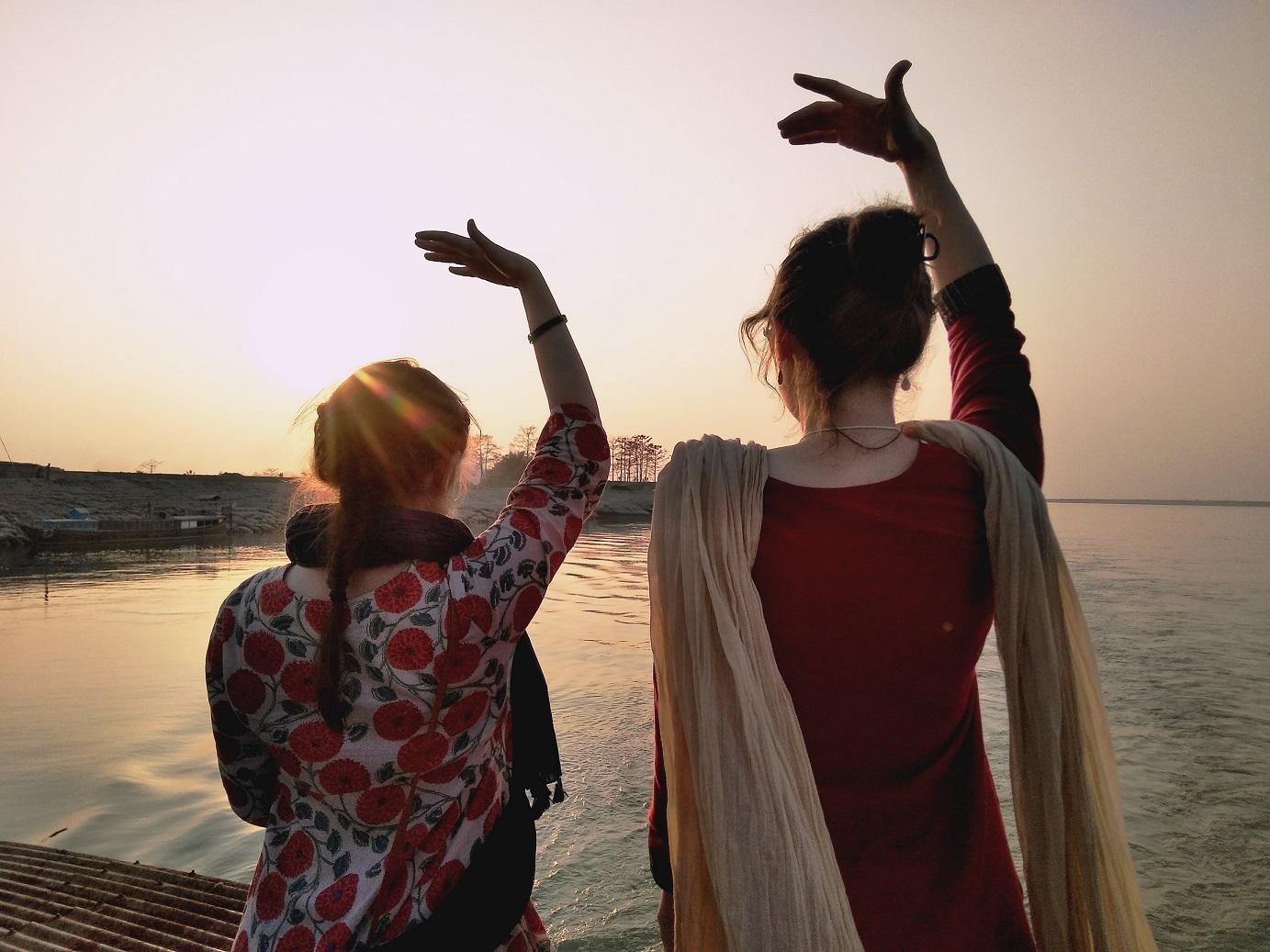 - 옛날부터 동양 문화는 휴식과 균형을 위한 수단으로 명상을 활용해 왔다. 이 연습으로 사람은 긴장을 풀고 질적으로 다른 수준의 자아 의식에 도달하게 된다. 사하쟈 요가의 기술은 인도에서 1970년대 의학과 철학의 박사에 의해 개발되었다.